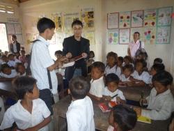 トゥールチャン小学校生徒代表へノートとペンの贈呈
