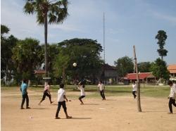 トゥールチャン小学校遊具で遊ぶ子供たち