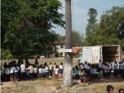 トゥールチャン小学校遊具設置準備をお手伝いする子ども達