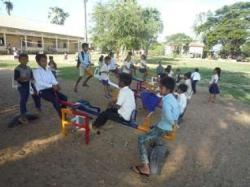 トゥールチャン小学校シーソーで遊ぶ
