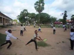 トゥールチャン小学校バトミントンやサッカーで遊ぶ