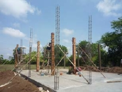 ロールチュルッ小学校柱設置1