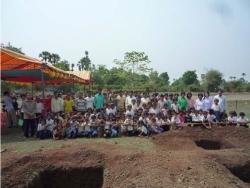 ロールチュツッ小学校着工式後の生徒と村民