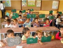 ロールチュルッ小学校・クメール語の母音を習う1年生