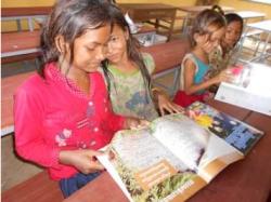 ロールチュツッ小学校・放課後絵本を楽しむ3年生