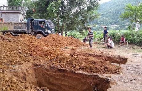 ミンンガ村の小学校(分校)建設工事の様子